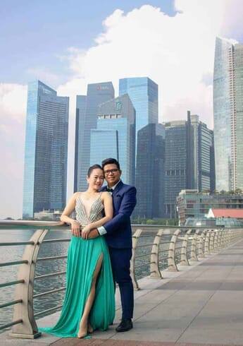 couple picture with Singapore buildings as their background
